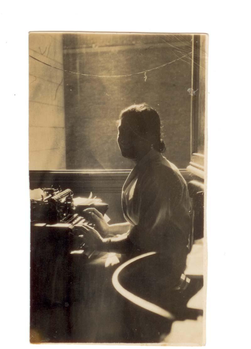 La compagna di Ezio Zanelli  dattilografa alla radio