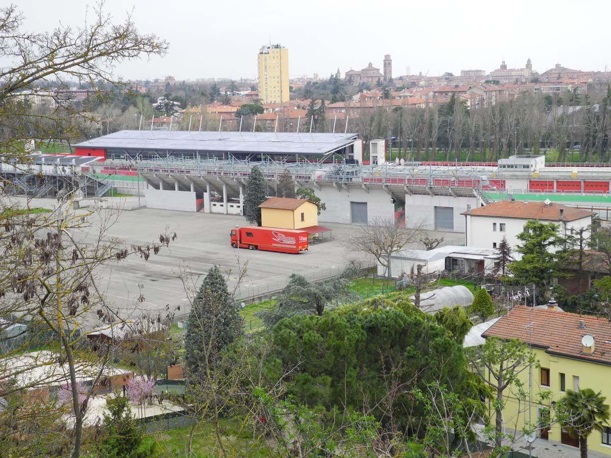 Autodromo con case e scuole a pochi metri