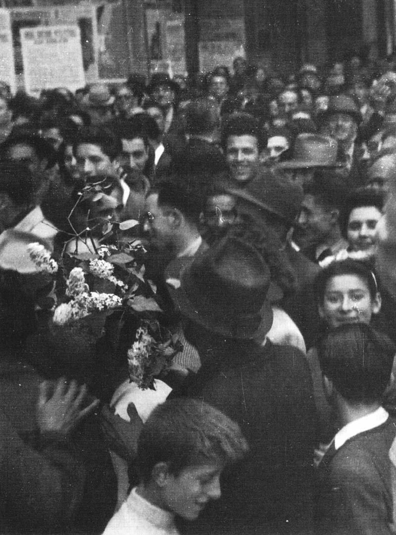 15 aprile 1945. Imolesi con le serenelle per i liberatori