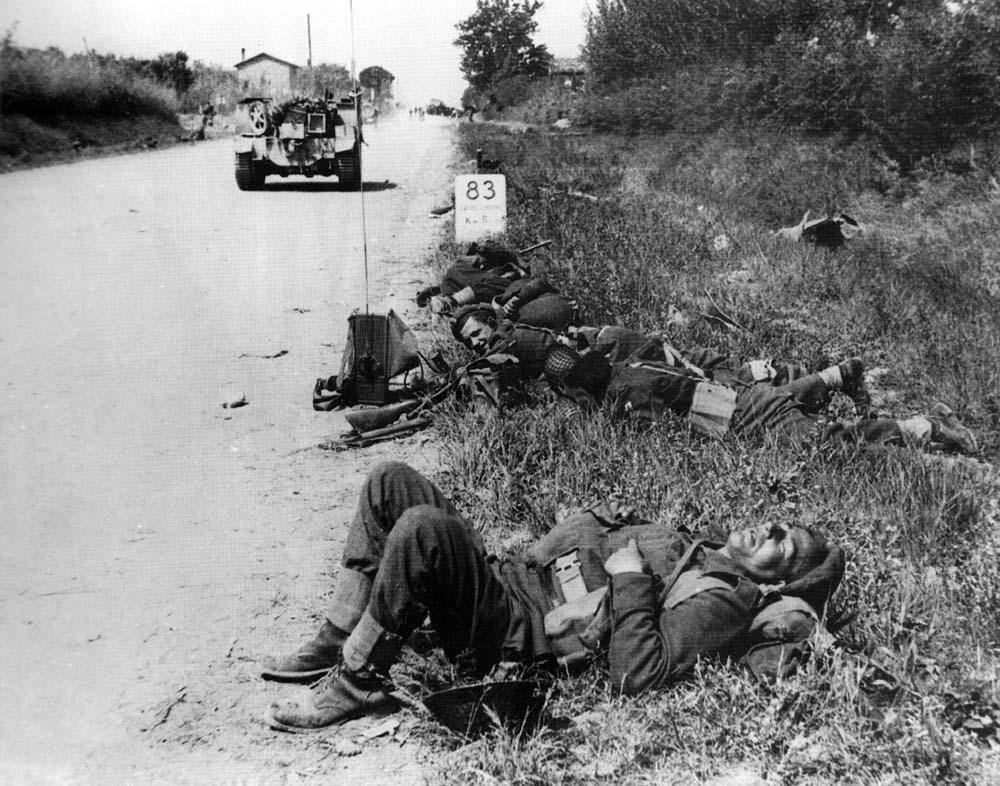 Aprile 1945. Polacchi si riposano sulla strada per Castel S.Pietro