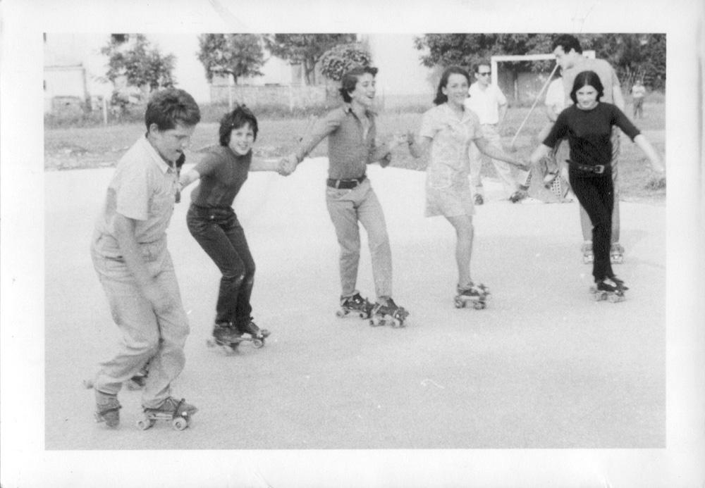 Giovani sulla pista di pattinaggio della Bocciofila (1970)
