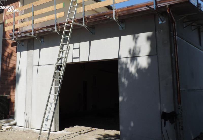 Infortunio sul lavoro, giovane muratore cade dal tetto di una casa
