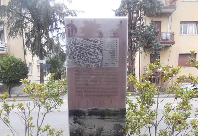 Due pannelli per ricordare quello che fu l'anfiteatro romano