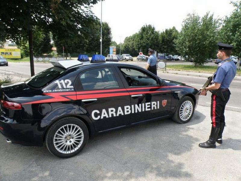 Cittadino accoltellato alle braccia e al torace in via Boccaccio, indagini dei carabinieri