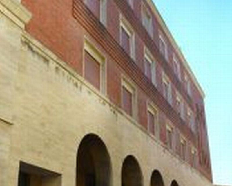 Al via i lavori sulla facciata dell'ex palazzo del Fascio; il mercato continuerà