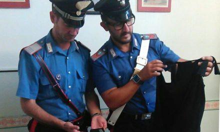 Due ladri rubano in un negozio, ma si trovano davanti un agente in borghese