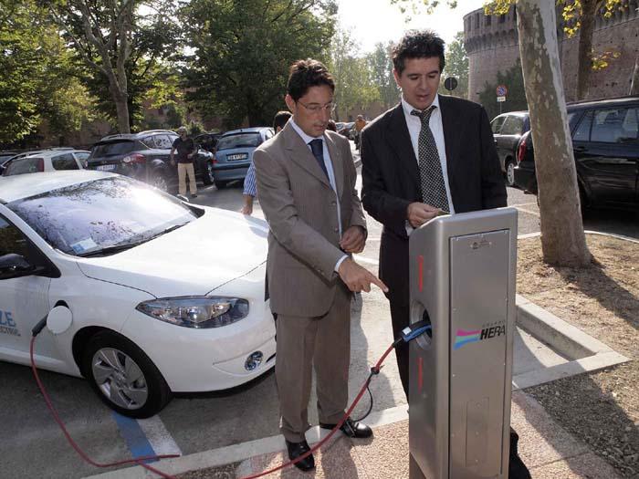 Ricaricare l'auto elettrica ora è possibile anche in città