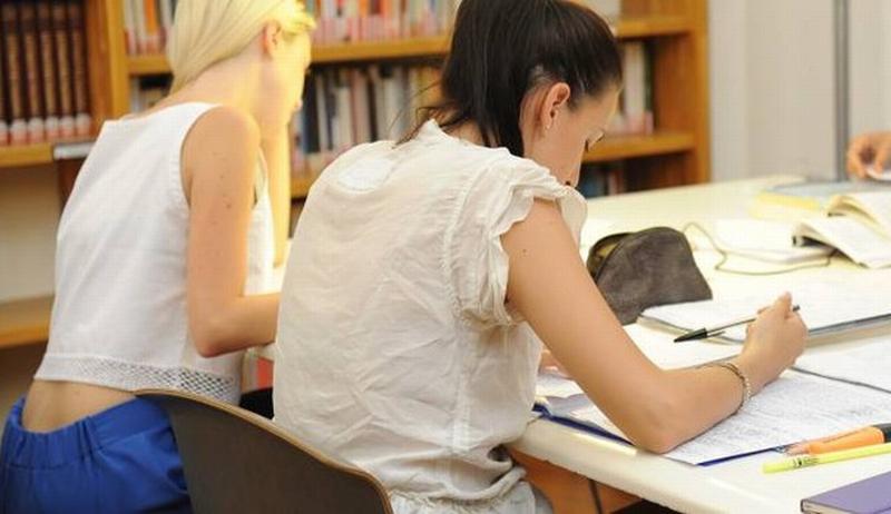 Palpeggia delle ragazze in biblioteca, scattano le denunce e i commenti