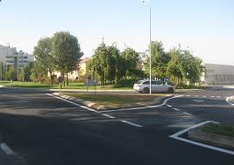 Ultimi lavori per la rotonda fra via Emilia e via Torricelli chiusa al traffico