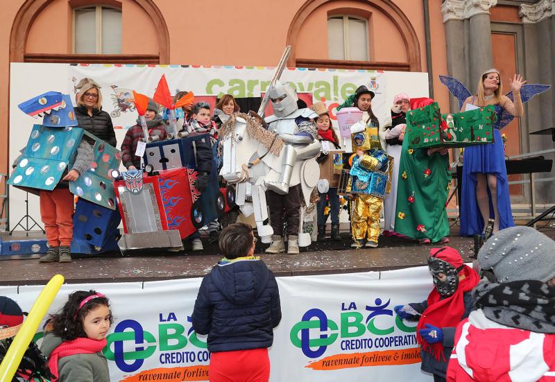 Carnevale dei bambini: bis vincente di maschera con materiali di recupero