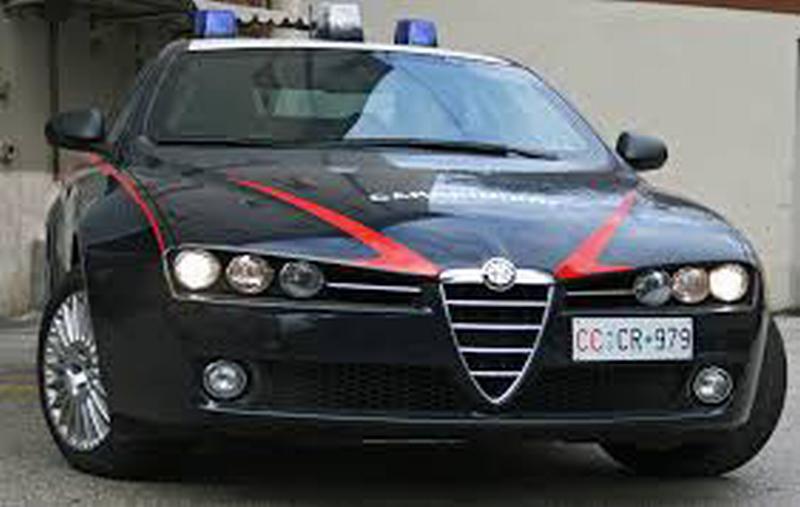 Carabinieri inseguono auto dove c'è un uomo che non ha mai avuto la patente