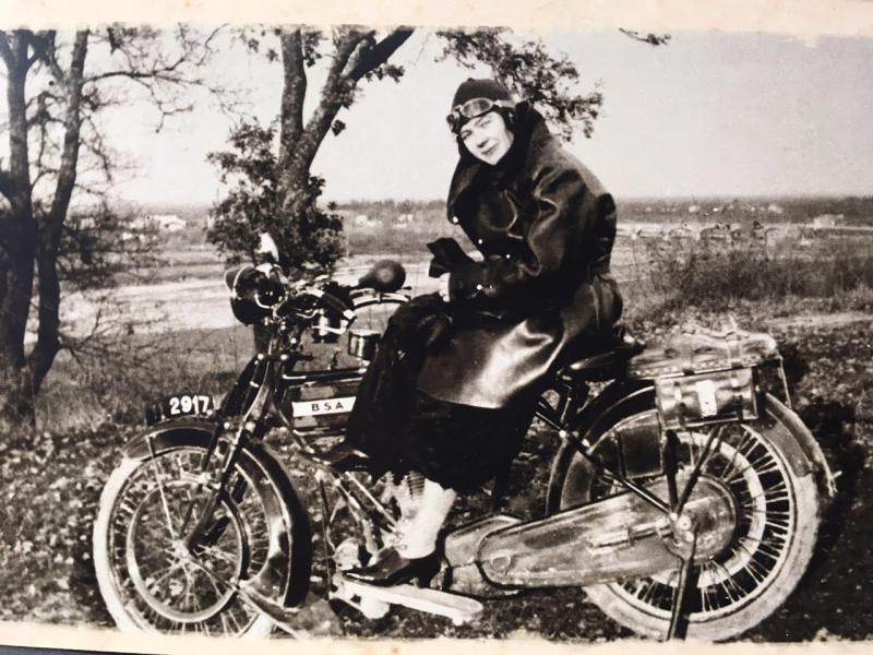 Mostra di foto di auto e moto d'epoca alla Rocca