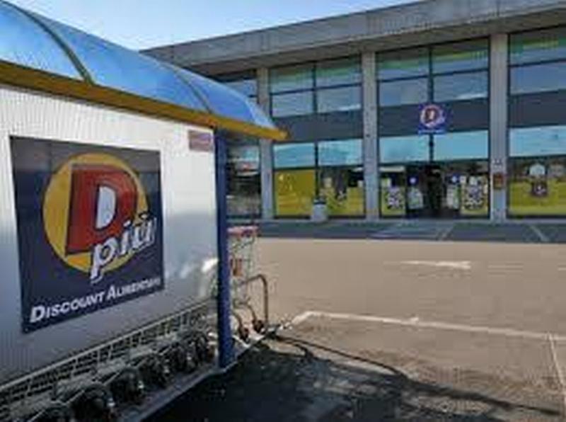 Spaccata con un mini-escavatore al supermercato Dpiù, poi i ladri fuggono