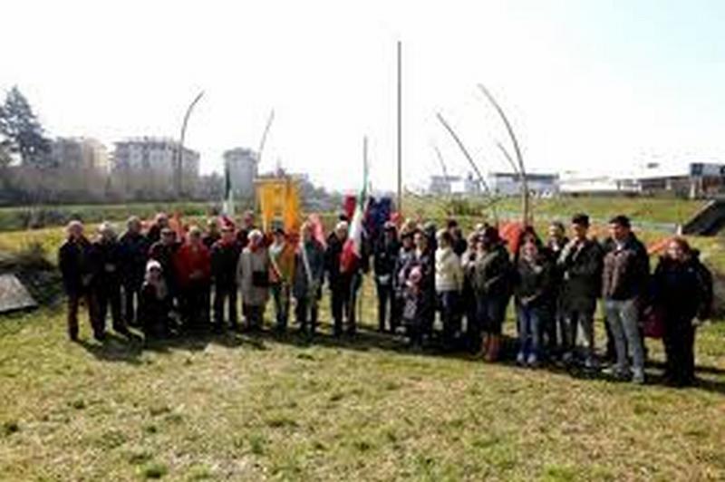 """Al monumento """"La Rossa"""" in ricordo dei partigiani uccisi dai nazifascisti"""