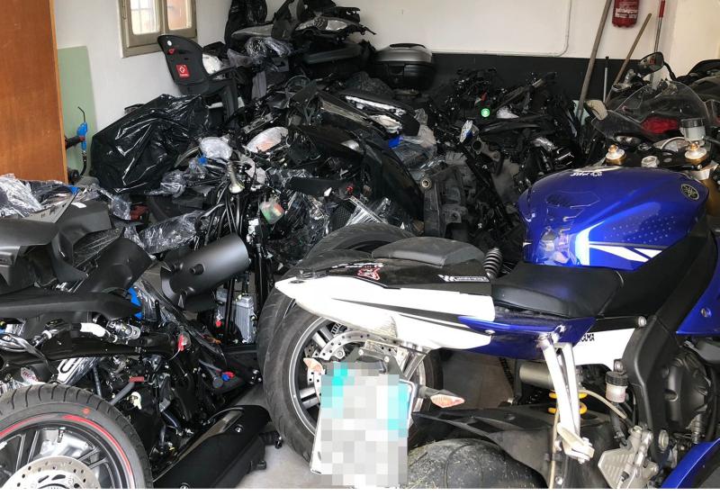 Trovati pezzi di moto di grossa cilindrata pronti a essere trasferiti all'estero