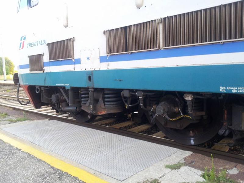 """Treno in ritardo arriva """"lungo"""" e i pendolari devono correre per prenderlo"""