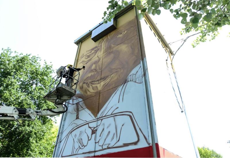 Torri elettriche disegnate con murales per abbellire le zone di collocazione