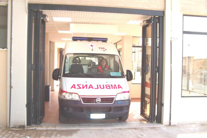 Una manifestazione per salvare ambulanza e radiologia
