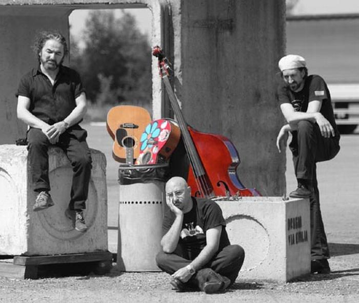 """Bermuda acoustic trio"""