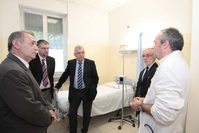 Cinque letti oleodinamici per il centro oncologico