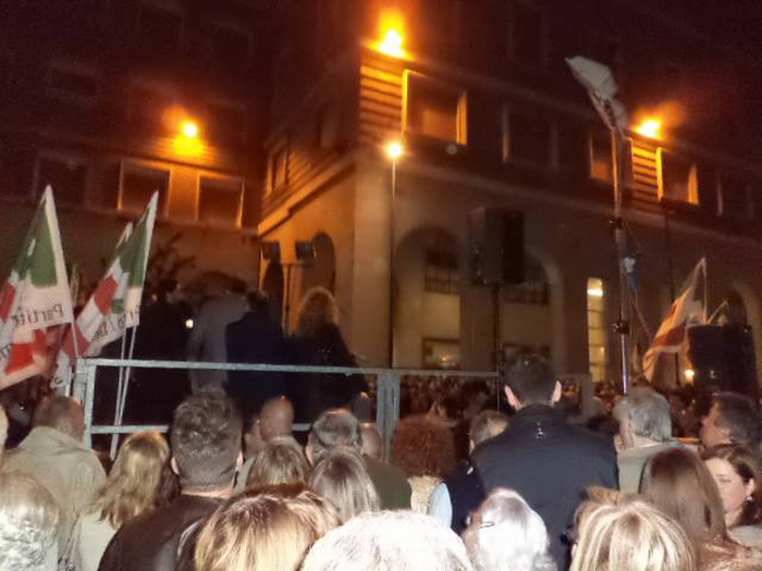 Renzi scalda la piazza del Pd