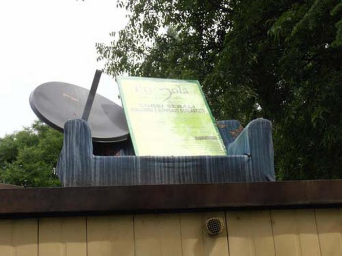 Divano con parabola… sul tetto