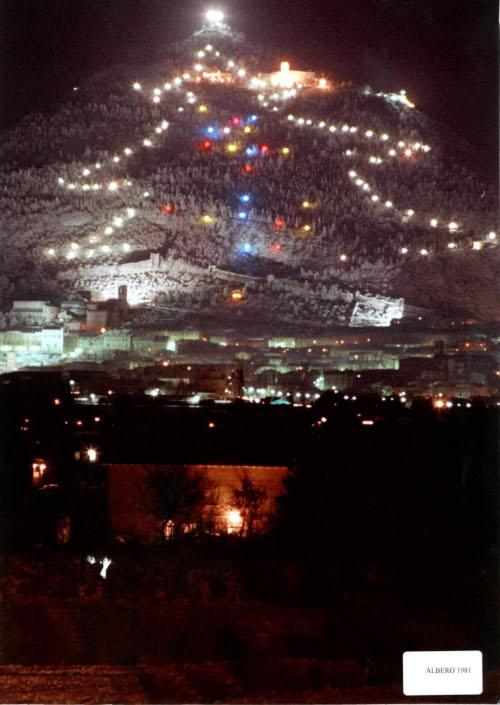 Albero Di Natale Gubbio.L Albero Di Natale Piu Grande Del Mondo Si Illumina A Gubbio