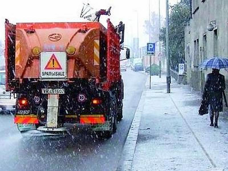 Grande freddo: si sparge il sale sulle strade per limitare i pericoli da ghiaccio