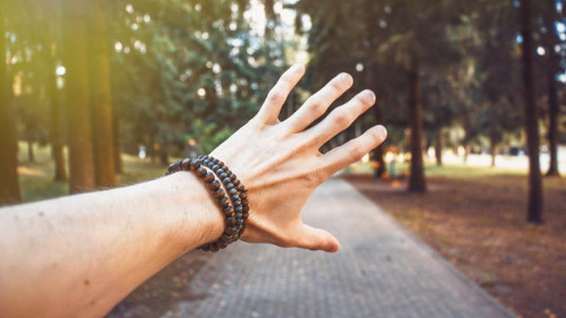 Torna la moda dei bracciali da uomo: ecco come