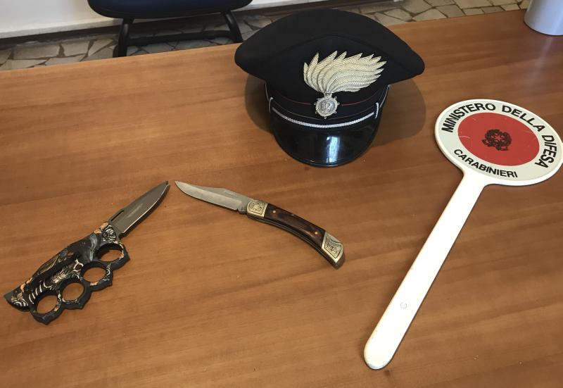 Uomo con tirapugni contro una donna con un coltello: denunciati dai carabinieri
