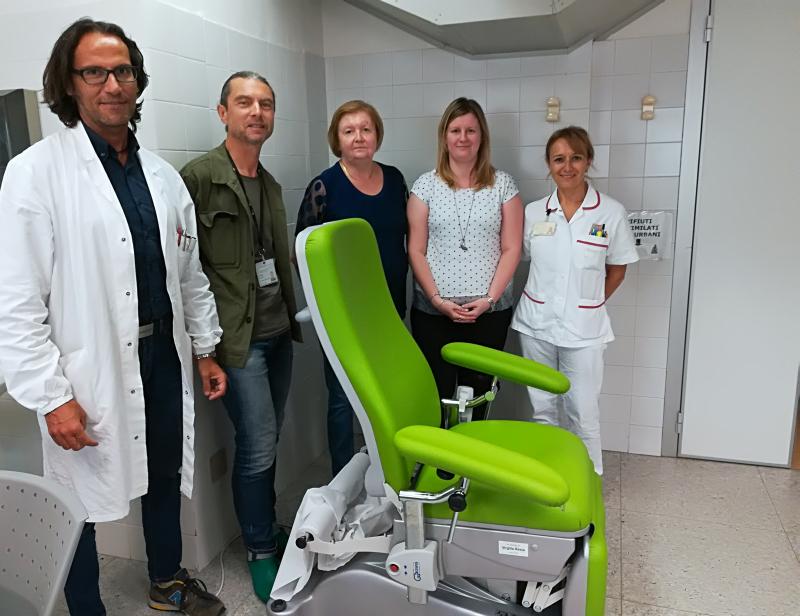 Una donazione all'Oncologia per una poltrona per prelievi motorizzata