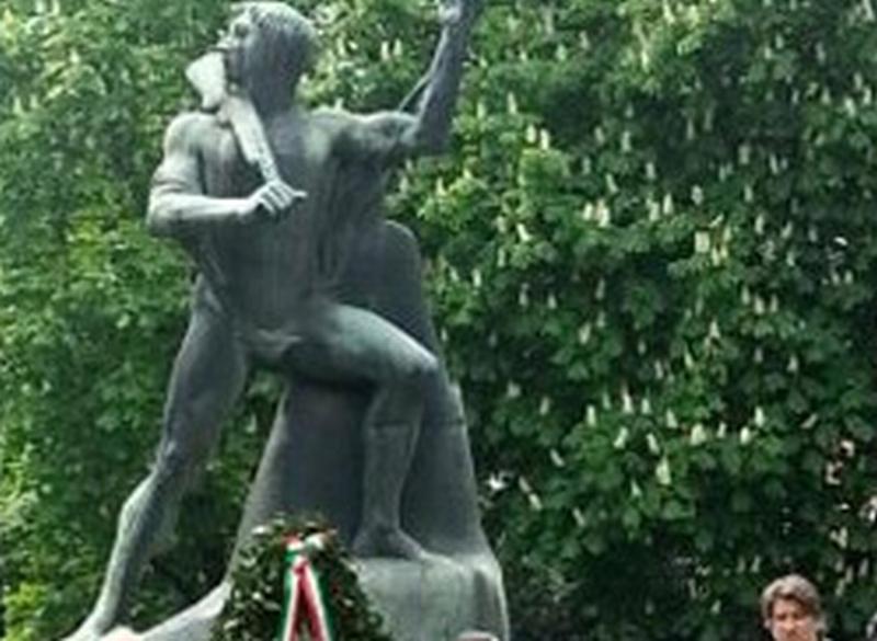 Offesa la monumento al Partigiano di viale Dante