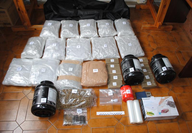 Trovato e arrestato spacciatore con hashish e marijuana per 17 chili in casa