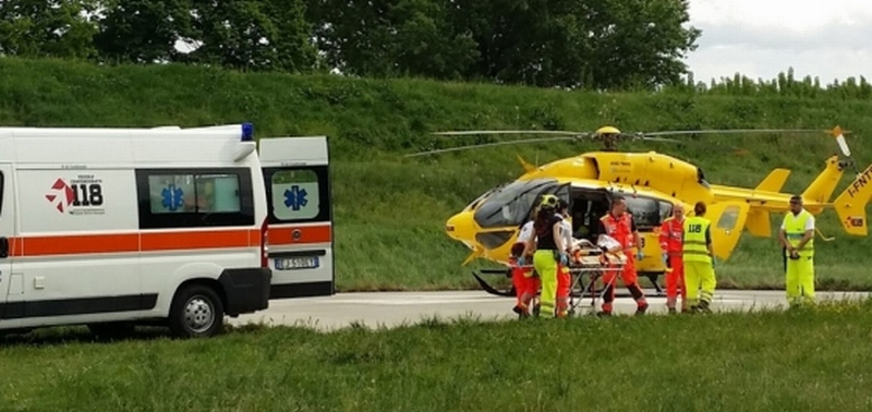 Incidente fra auto e moto, il centauro 17enne ricoverato in prognosi riservata