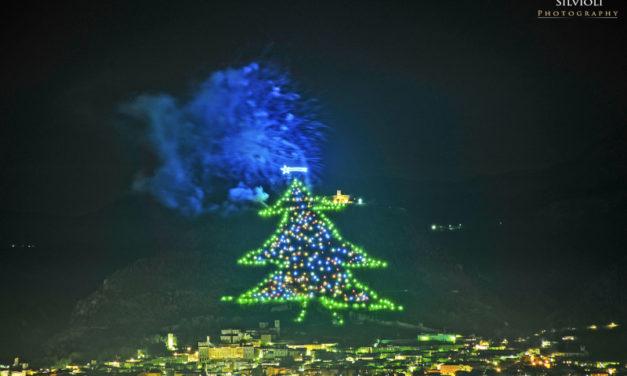 L'Albero di Natale piu' grande del mondo si illumina a Gubbio