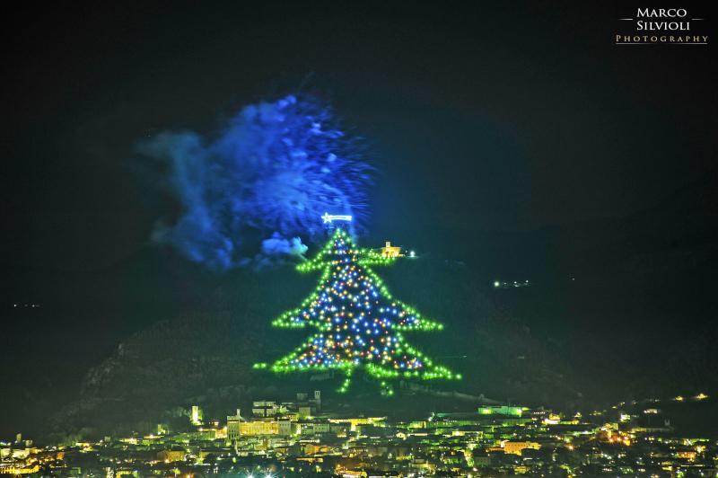 Albero Di Natale Gubbio.L Albero Di Natale Piu Grande Del Mondo Si Illumina A Gubbio Leggilanotizia