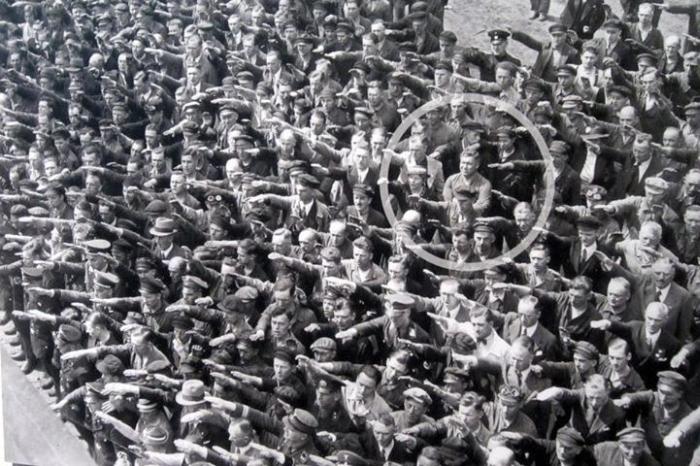 """""""August Landmesser: l'uomo che rifiutò il saluto nazista"""""""