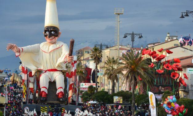 Carnevale di Viareggio, la sfilata nottura dei carri allegorici