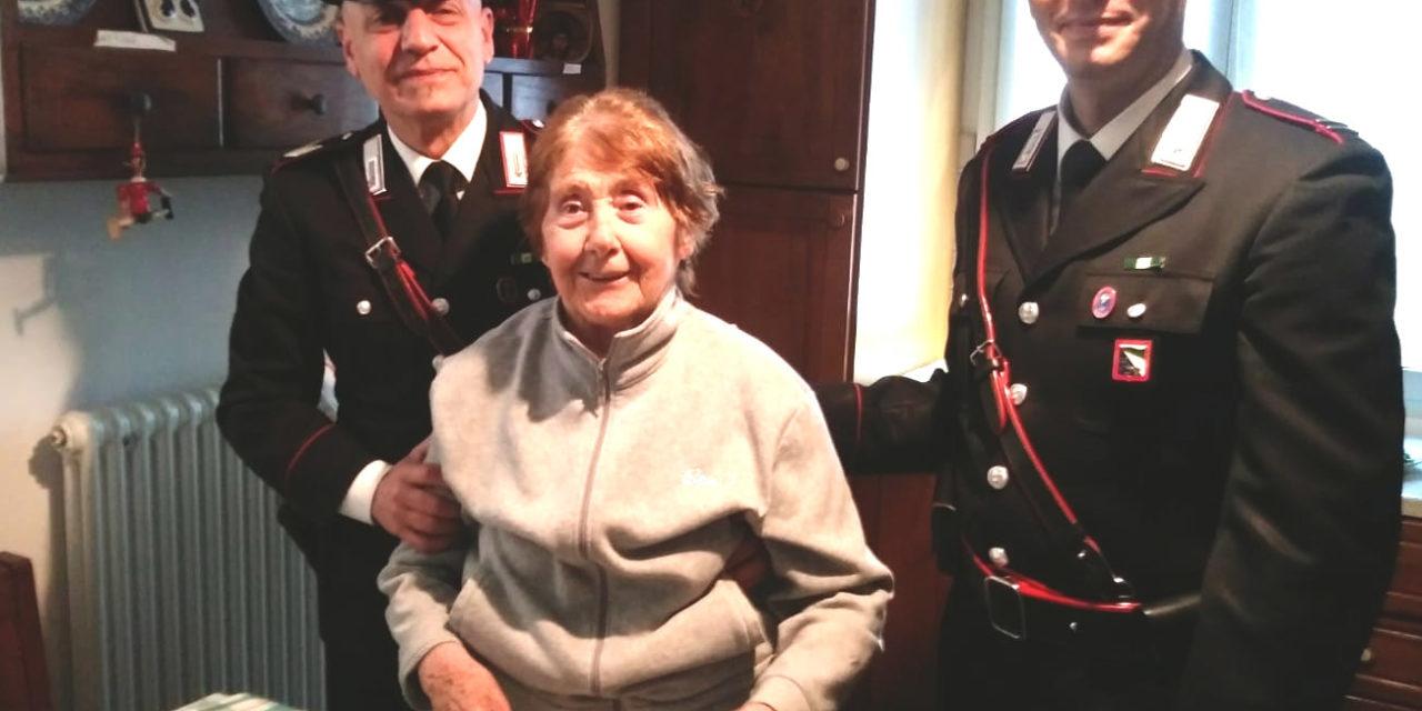 I carabinieri salvano una donna da un incendio scoppiato in casa