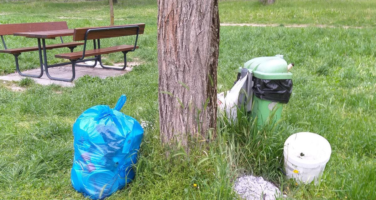 Abbandono di rifiuti nel parco Lungofiume