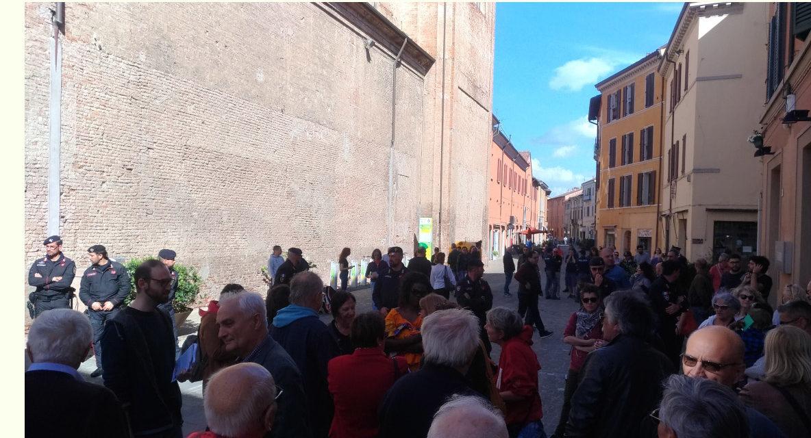 """Gruppetto di Forza Nuova circondato da tanti antifascisti al canto di """"Bella ciao"""""""