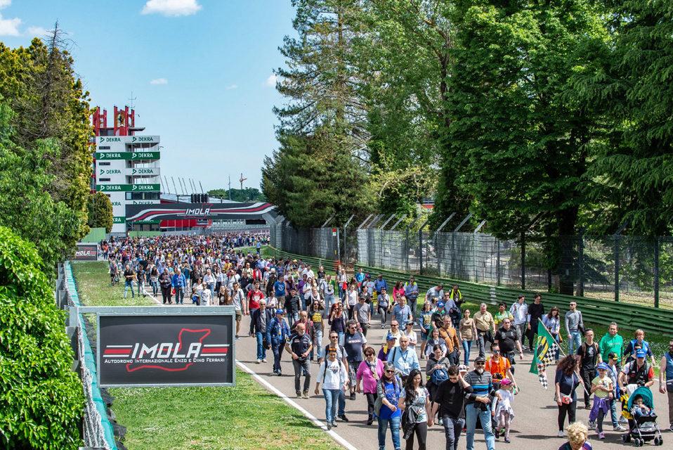 Gran folla all'autodromo in ricordo di Senna e Ratzenberger