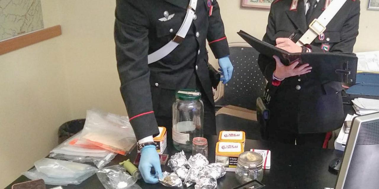 Marijuana e 2200 euro trovati in casa di madre e figlio, arrestati