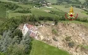 Maltempo, grande frana distrugge una casa, si salva la donna che l'abitava
