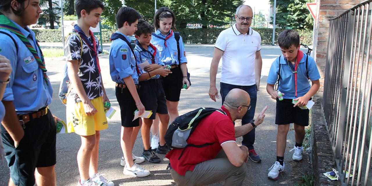 Boy scout in strada per la lotta alla zanzara tigre e a quella comune