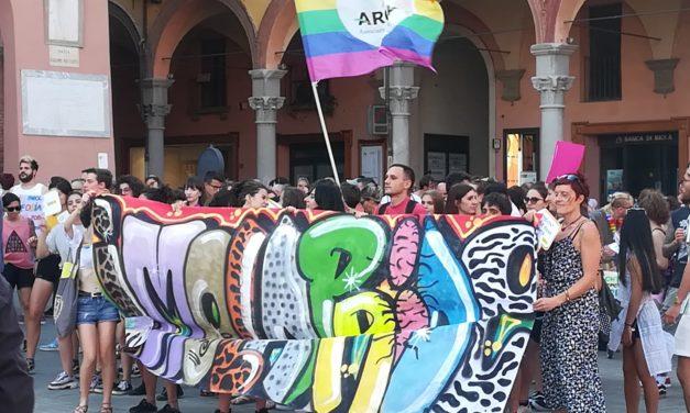 Imola pride, un corteo arcobaleno per le strade del centro