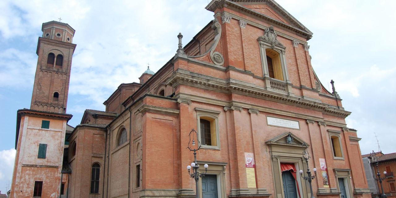 Ordinazione di monsignor Mosciatti, alcuni entrano in cattedrale, per gli altri maxischermo