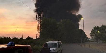 """Incendio a Faenza, il Comune: """"Si consiglia di tenere le finestre chiuse e di non recarsi all'aperto"""""""