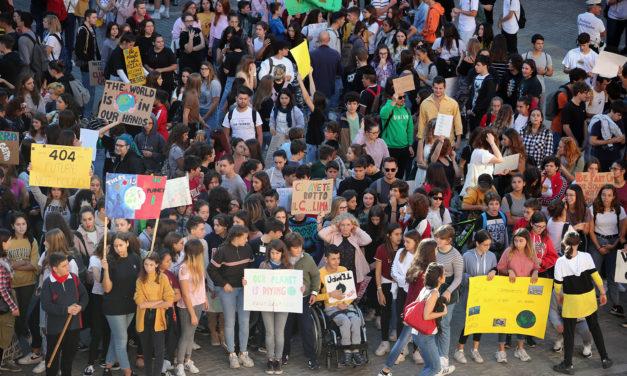 Grande corteo di circa 800 studenti per salvare il mondo dall'inquinamento