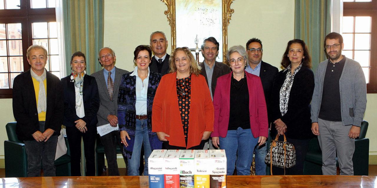 La Fondazione Carimola dona dizionari agli studenti: prevale quello di inglese